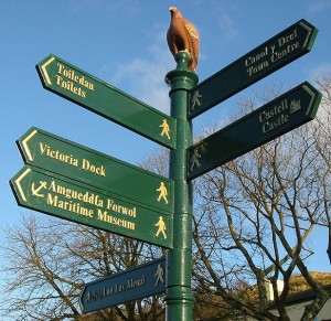 PD  617px-Caernarfon_bilingual_fingerpost